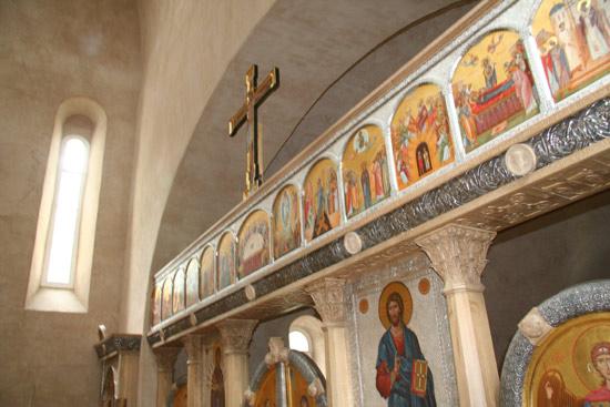 Иконостас в храме в честь Новомучеников Российских в с. Коммунарка 2006г.