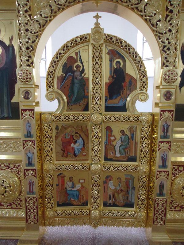 Иконостас в храме в честь св. великомученика Пантелеймона.Пос. Усть-Курдюм Саратовской обл.